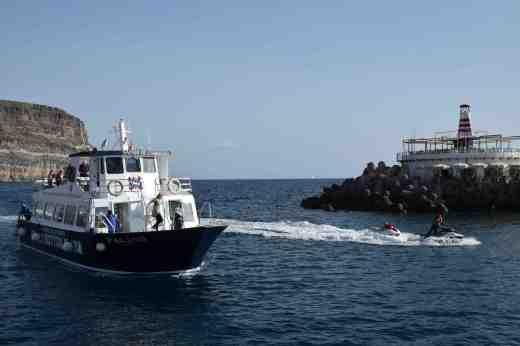 The ferry arriving in Puerto de Mogan